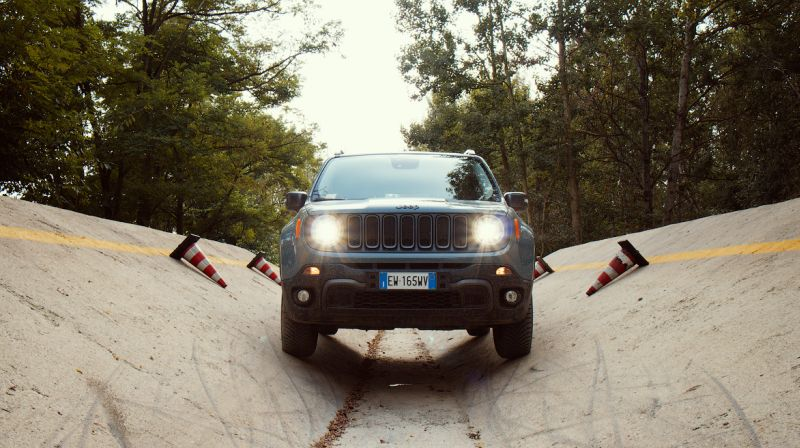 На фото тест драйв Jeep Renegade Trailhawk