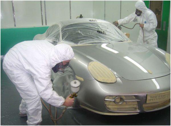 На фото кузовной ремонт: покраска авто в боксе