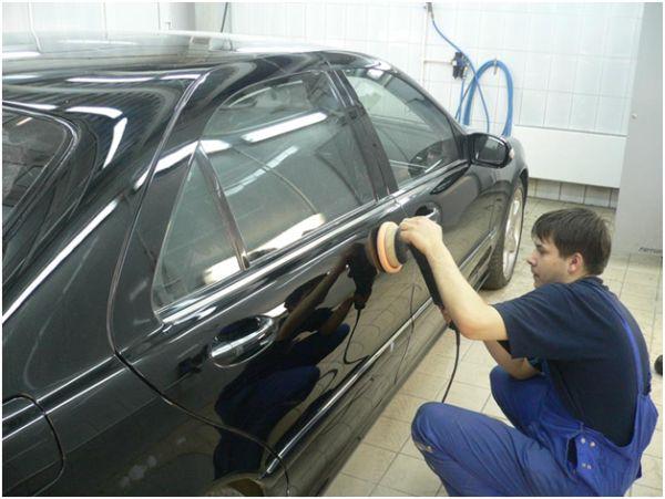 На фото кузовной ремонт - шлифовка дверцы