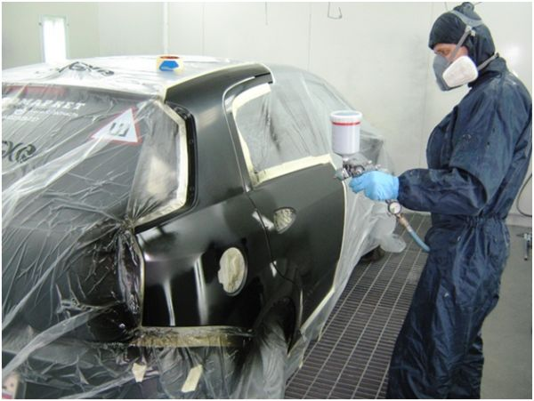 Один из этапов покраски кузова после ремонта на СТО