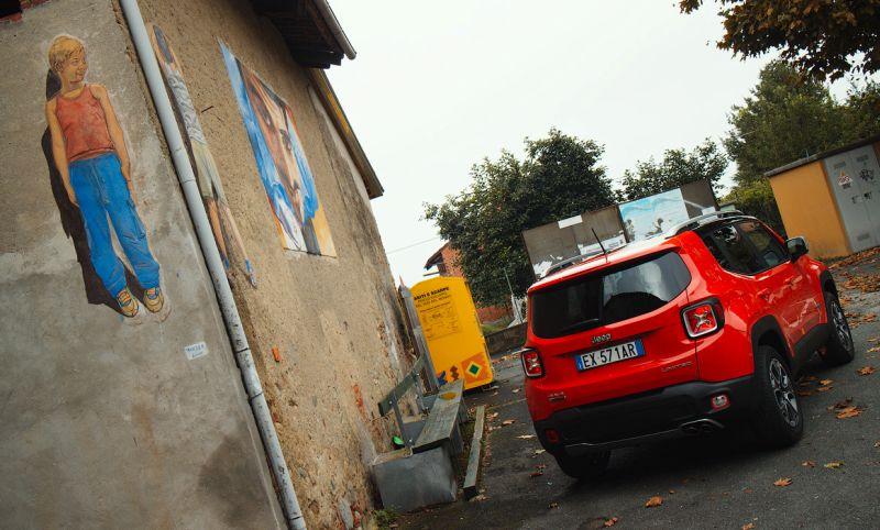 На фото кроссовер Jeep Renegade на уличках Италии