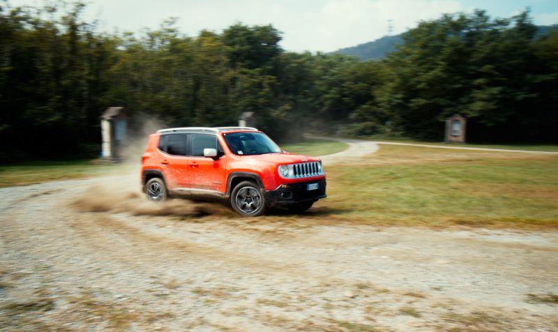 Jeep Renegade: фото маневра на повороте