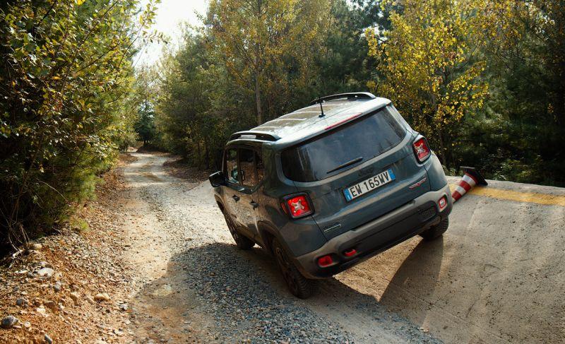 Джип Ренегат версии Trailhawk: фото тест-драйва авто на полигоне