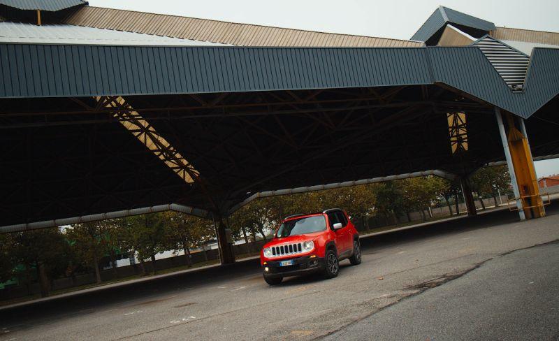 На фото внедорожник Jeep Renegade в красном цвете