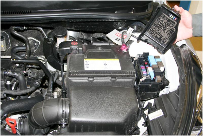 Диагностика и расшифровка ошибок Hyundai Solaris: на фото блок управления с открытой крышкой