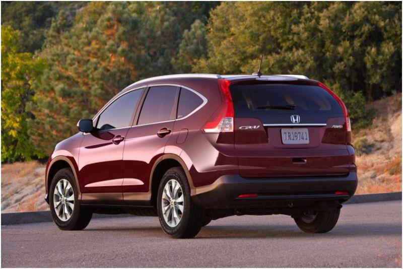 На фото Honda CR-V - вид со стороны багажника