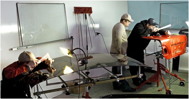 На фото процесс кузовного ремонта без покраски