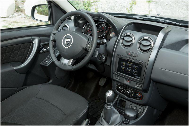 На фото салон авто новой версии Dacia Duster