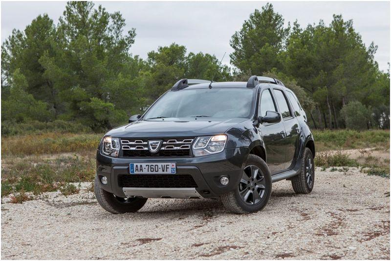 На фото обновленная Dacia Duster вне асфальта