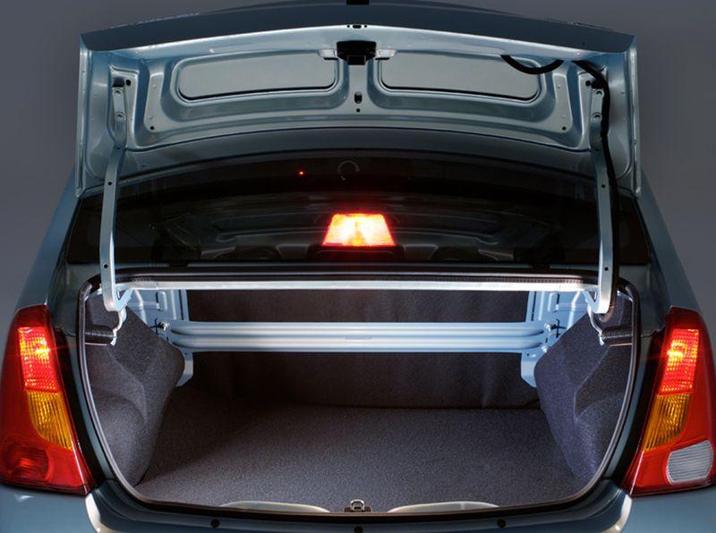 На фото вместительный багажник Рено Логана