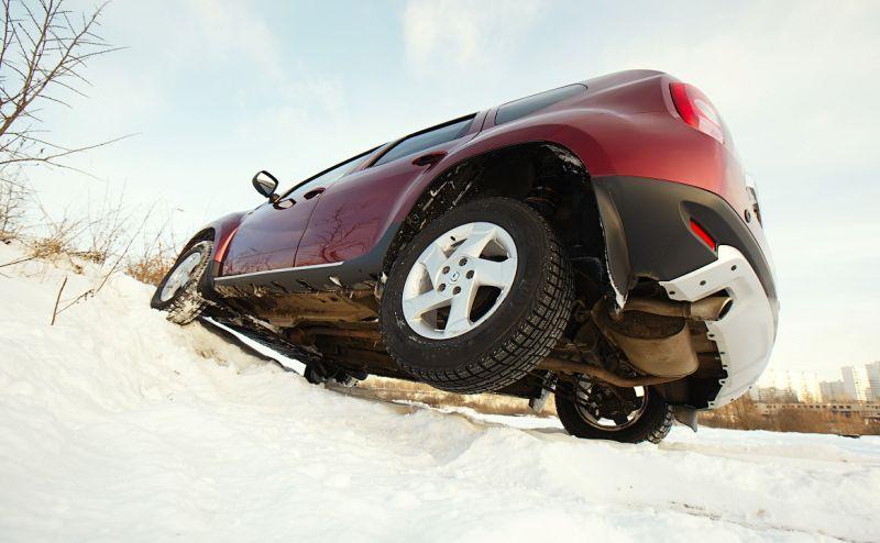 Renault Duster: фото на диагональном вывешивании