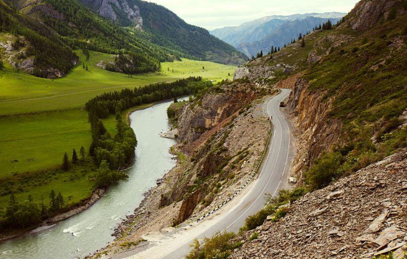 Горные дороги Алтая и Peugeot 2008: вид на Катунь