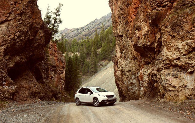 На фото Peugeot 2008 и ущелье «Красные ворота»