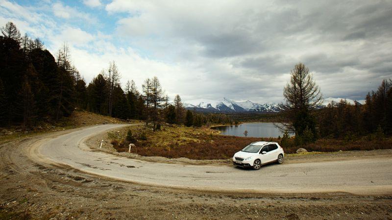 Peugeot 2008 вне асфальта: фото с видом на озеро Кодегелюкёль
