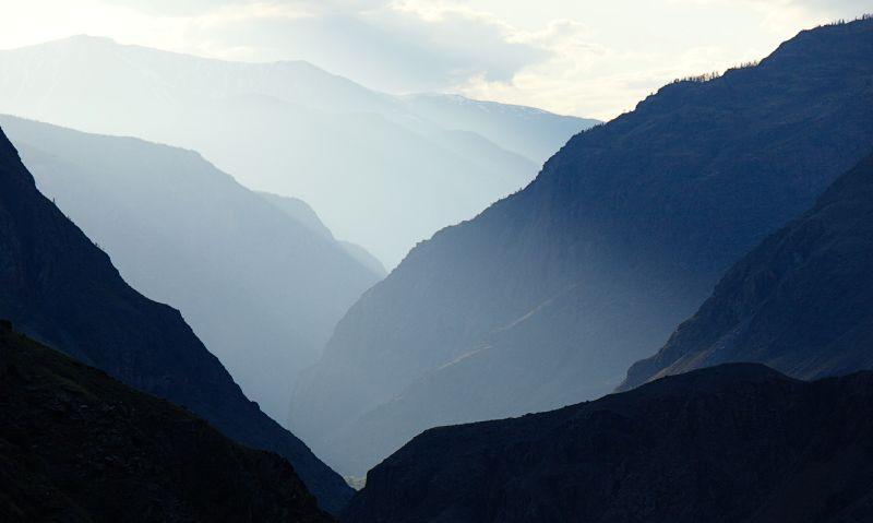 На фото долина реки Чулышман с окна Peugeot 2008