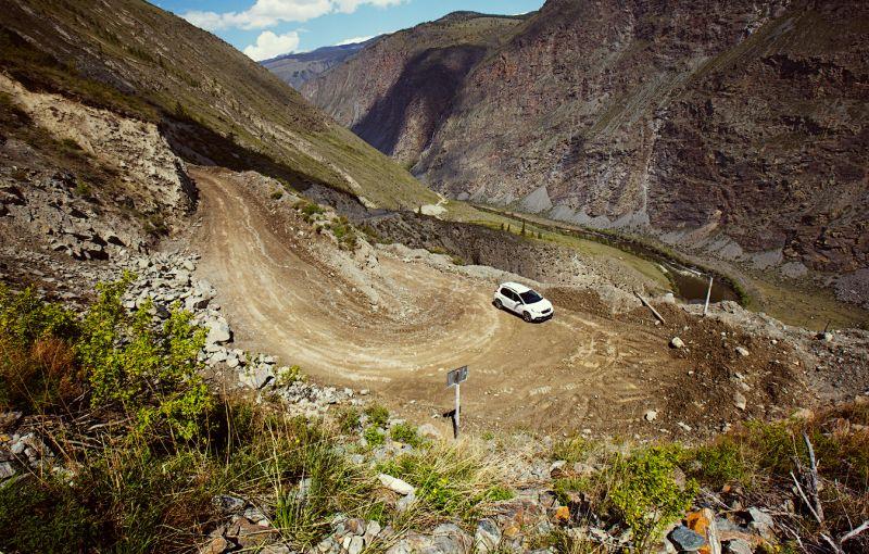 Peugeot 2008 едет по ступеням перевала