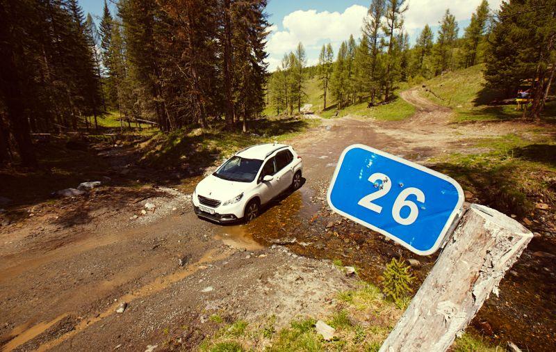 На фото Peugeot 2008 вне асфальта