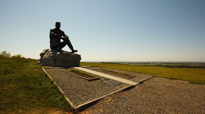 На фото памятник Василию Макаровичу Шукшину в с. Сростки