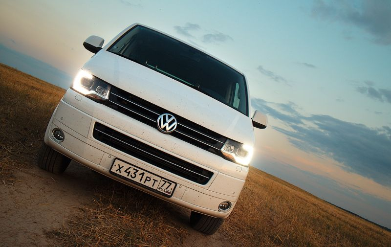 На фото Volkswagen Transporter T5 с включенными подфарниками