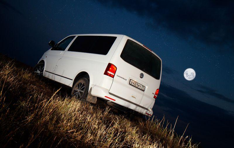 На фото микроавтобус Volkswagen Transporter T5