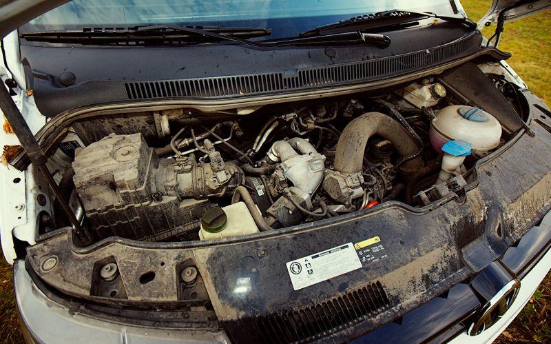 Volkswagen Transporter T5: на фото дизельный двигалель на 2 л