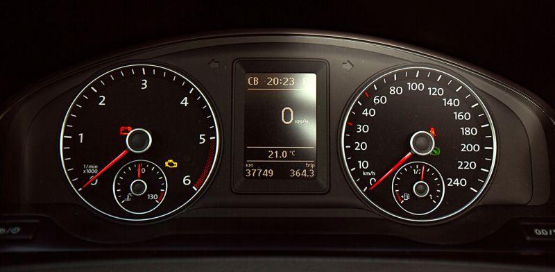 Volkswagen Transporter T5: на фото приборная панель