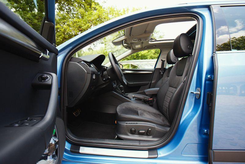 Skoda Octavia Scout 2014: фото салона со стороны водителя