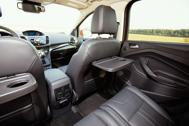 Ford Kuga 2: фото откидных столиков для пассажиров второго ряда