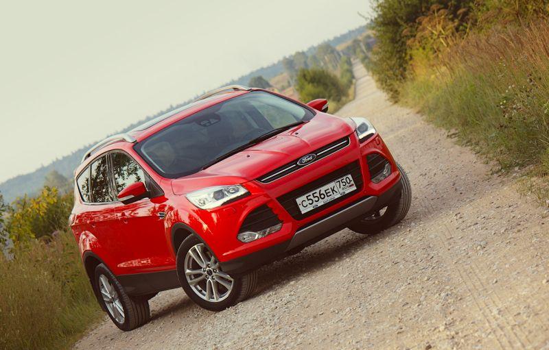На фото Ford Kuga 2 красного цвета