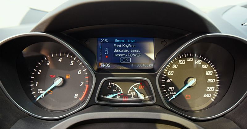 Ford Kuga 2: фото приборной панели в синем цвете
