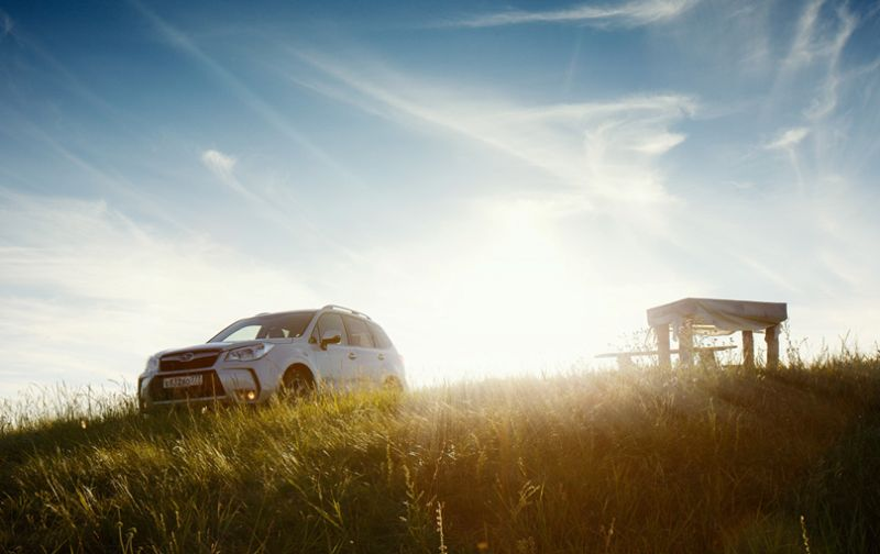 На фото Subaru Forester XT белого цвета вне дороги