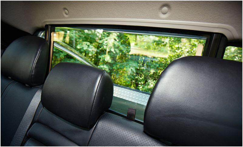 Mitsubishi L200 - функция опускаемого стекла в грузовом отсеке