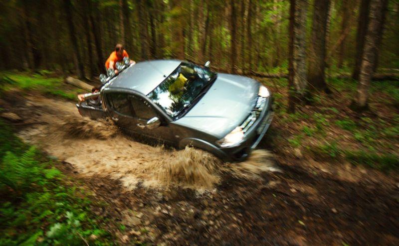 Mitsubishi L200 едет по грязи