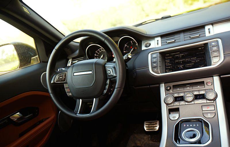 Range Rover Evoque: фото руля и центральной панели