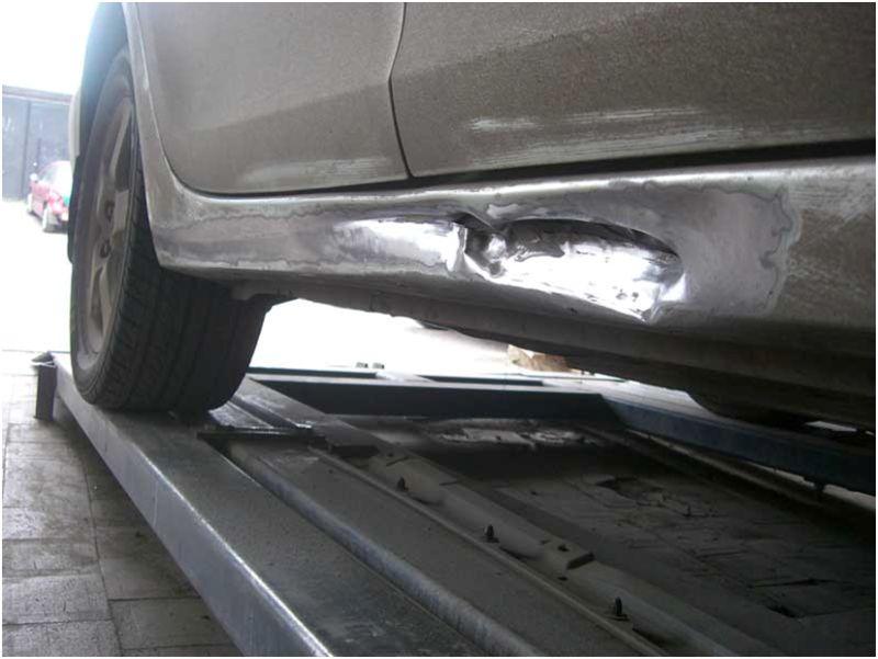 Кузовной ремонт порогов: на фото повреждённый порог авто