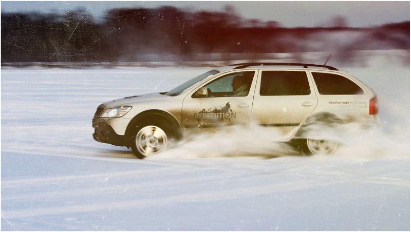 Шкода Октавия Скаут едет по снегу