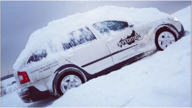 На фото Skoda Octavia Scout с забитыми снегом колесными дисками